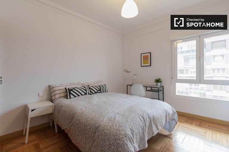 Elegante habitación en alquiler en apartamento de 5 dormitorios en Chamartín.