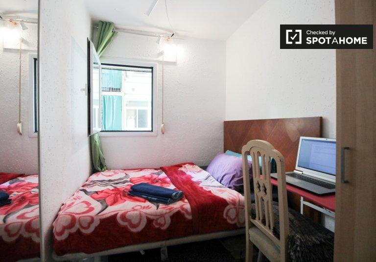 Room to rent in cosy 5-bedroom apartment in Plaza Espanya