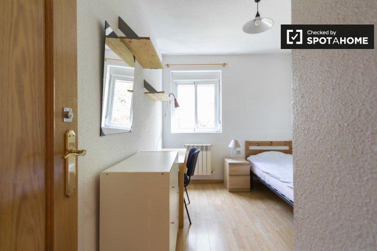 Ładny pokój do wynajęcia w Aluche, Madryt
