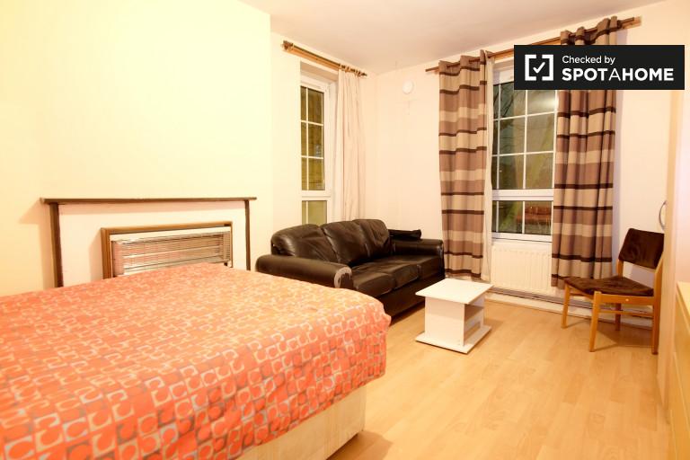 Ausgestattetes Zimmer in einer Wohngemeinschaft in Whitechapel, London