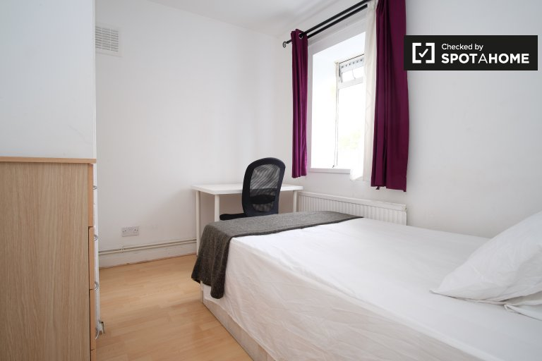 Single Bed in Rooms to rent in a 4-bedroom apartment with central heating in Westferry