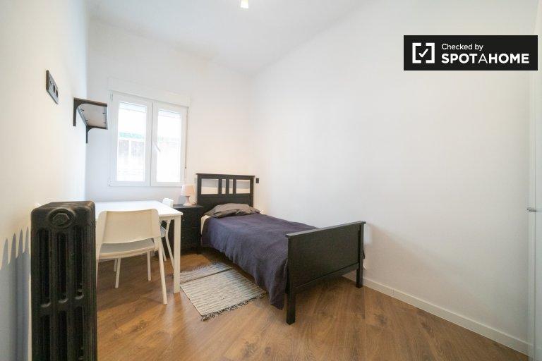 Se alquila habitación en piso de 4 dormitorios en Carabanchel, Madrid