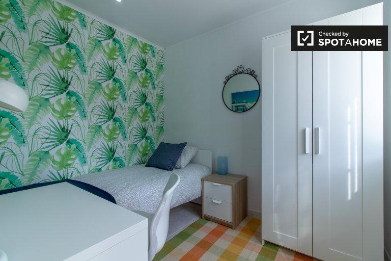 Bright room for rent in 5-bedroom house, Restelo, Lisbon