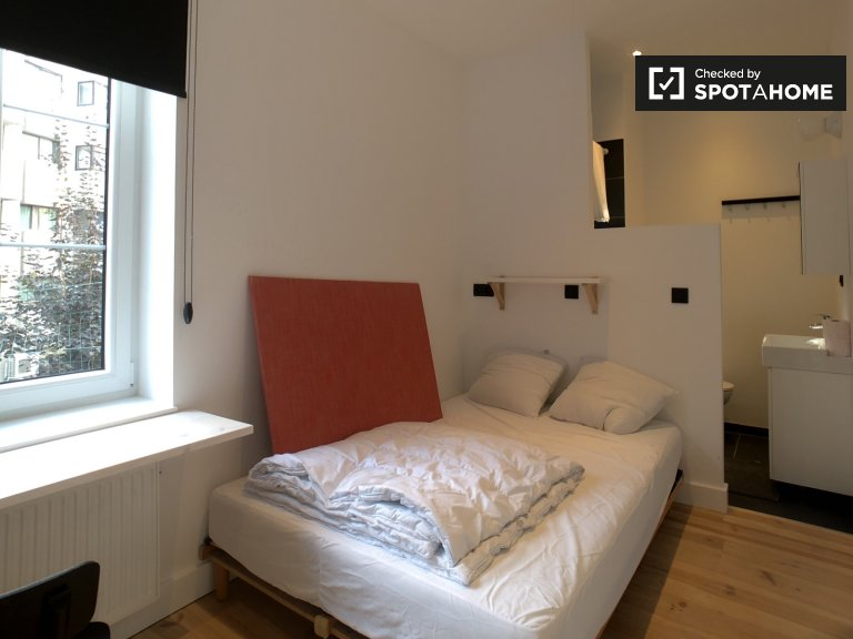 Furnished room in 3-bedroom apartment in Etterbeek, Brussels