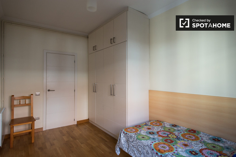 Great room in shared apartment in Horta-Guinardó, Barcelona