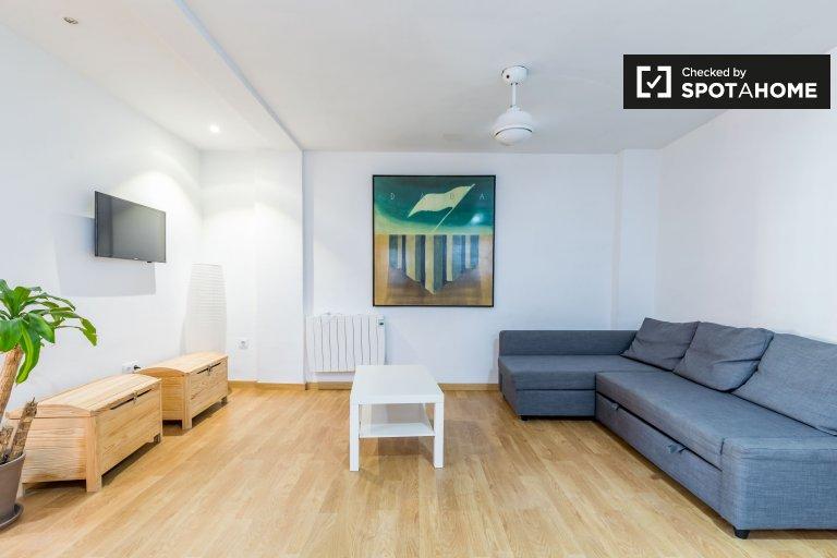 Słoneczny apartament z 2 sypialniami do wynajęcia w El Cabanyal w Walencji