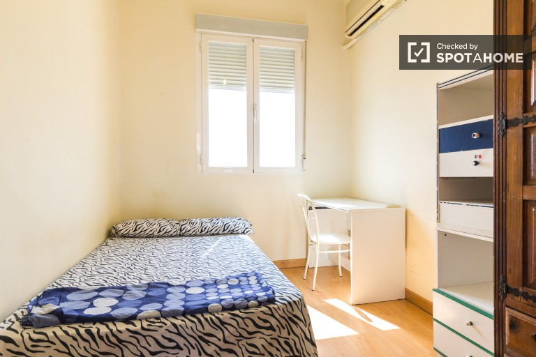 Double Bed in Sunny rooms in a friendly exterior apartment in a relaxing area in Acaias