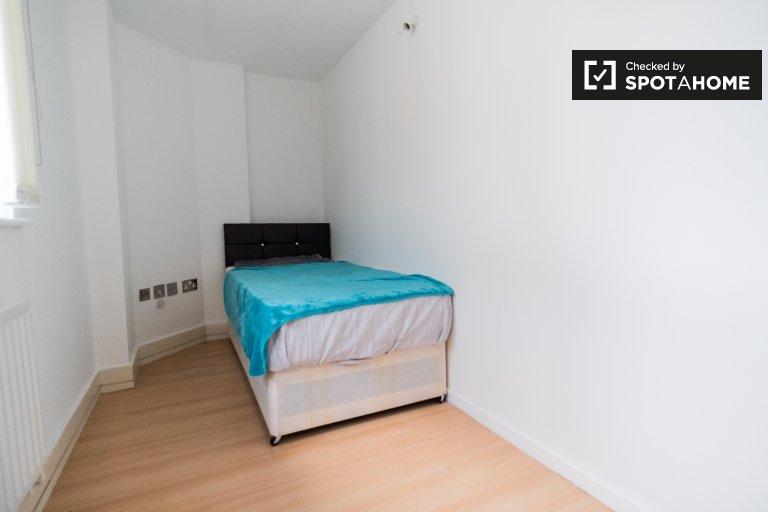 Przytulny pokój w czteropokojowym mieszkaniu w Tower Hamlets w Londynie