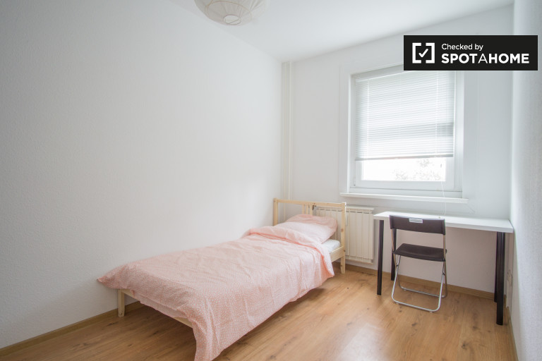 Single Bed in Rooms for rent in a 4-bedroom shared apartment, Friedrichsfelde