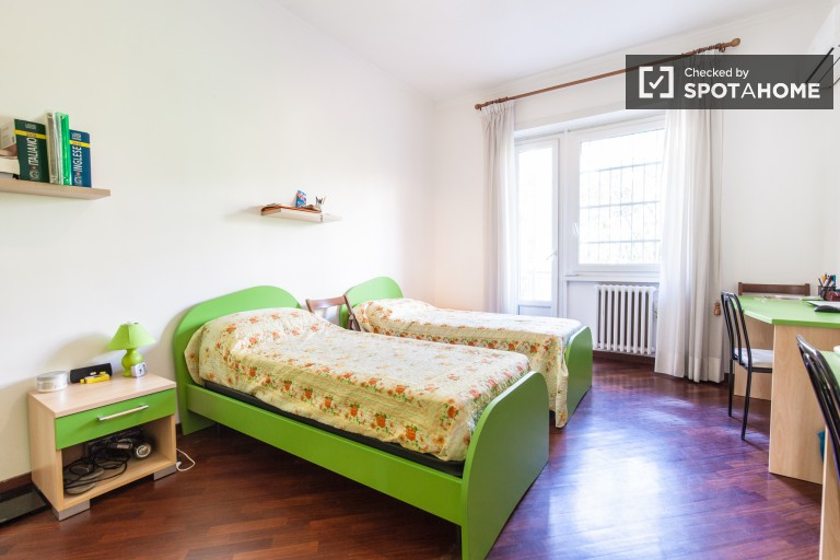 Twin Beds in room with a balcony for rent in Garbatella, Rome