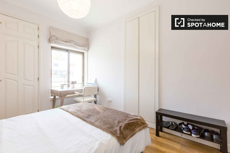 Modern room for rent in 2-bedroom apartment in Cascais