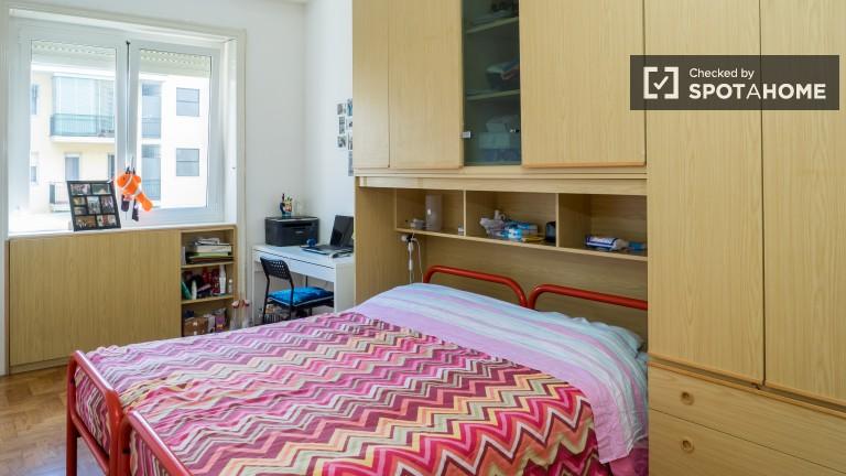 Camera da letto 2 con letto matrimoniale e molto spazio per riporre le tue cose