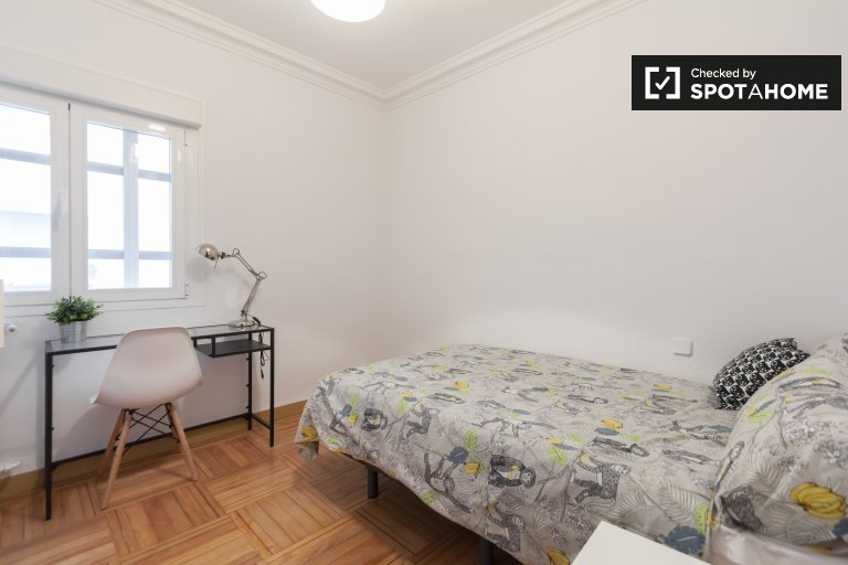Tidy room for rent in 5-bedroom apartment in Chamartín
