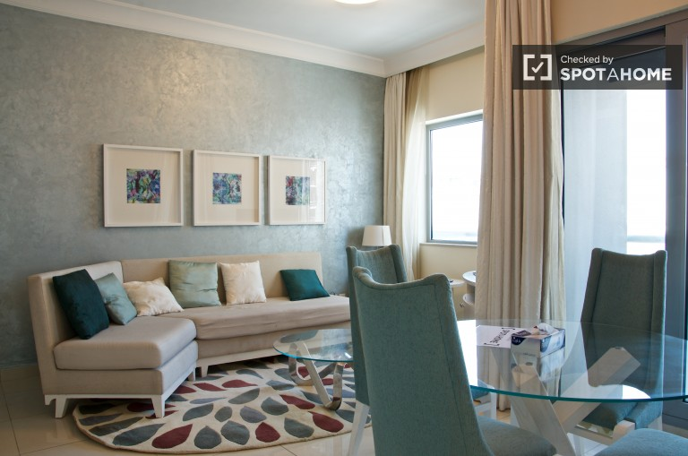 Modern 1 bedroom apartment with terrace and great amenities in downtown Dubai