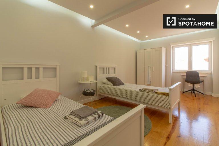Penha de França'da 3 yatak odalı dairede geniş oda