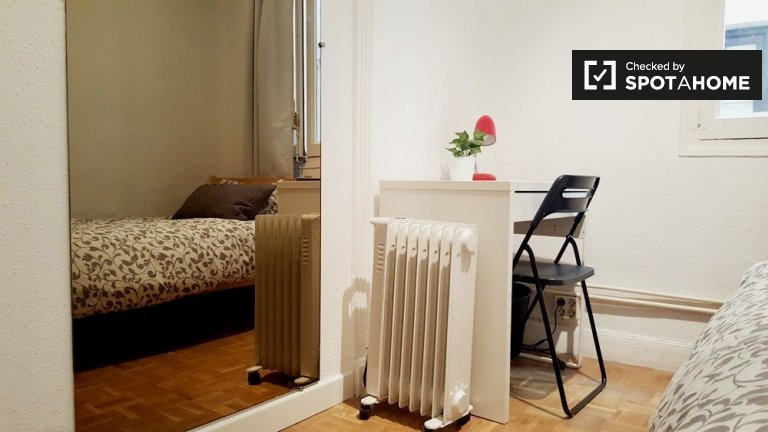 Welcoming room in 6-bedroom apartment in Malasaña, Madrid