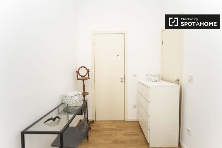 Room for rent in 2-bedroom apartment in Arroios, Lisbon