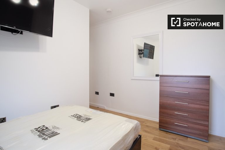 Pokój z telewizorem do wynajęcia w mieszkaniu z 5 sypialniami w Wimbledonie w Londynie