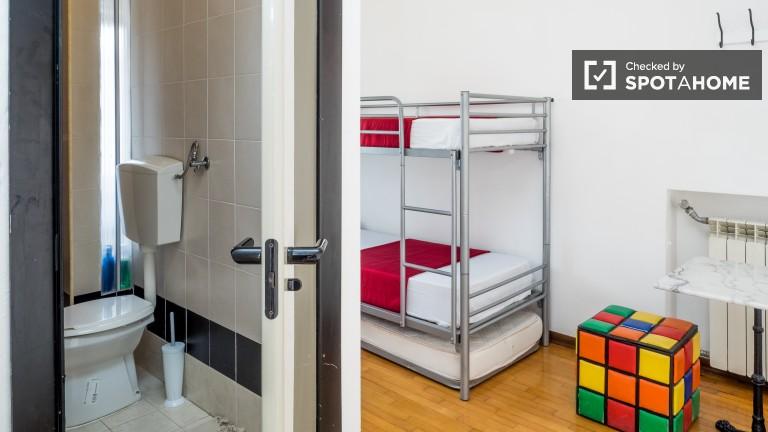 Camera da letto 1 con letti a castello e accesso al terrazzo