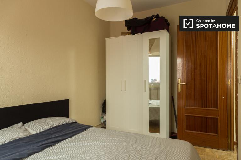 Spacieuse chambre dans un appartement de 3 chambres à Retiro, Madrid