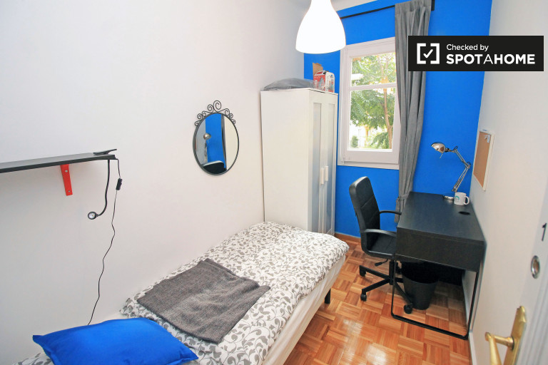 Single Bed in Rooms for rent in 4-bedroom apartment with balcony in El Clot area