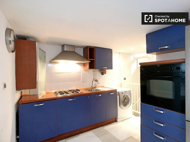 Stylish room in 3-bedroom apartment in Loreto, Milan