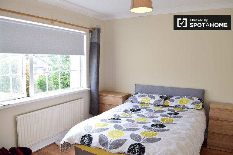 Double Bed in Rooms and beds for rent in modern 5-bedroom apartment in Clondalkin