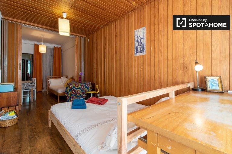 Duży pokój w apartamencie z 2 sypialniami w Arroios, Lisboa