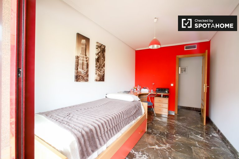 Comfortable room for rent in 3-bedroom apartment in Campanar