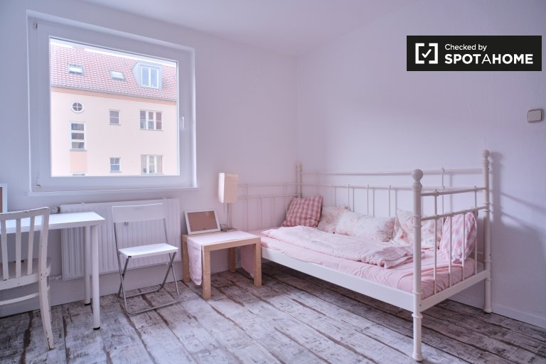 Cute room for rent in apartment with 2 bedrooms in Schönow