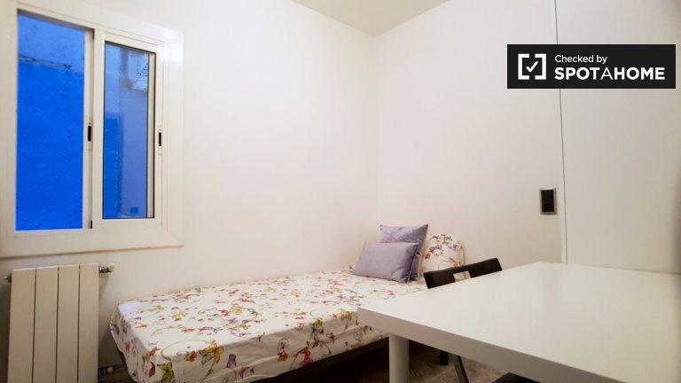 Furnished room in 4-bedroom apartment in Barcelona