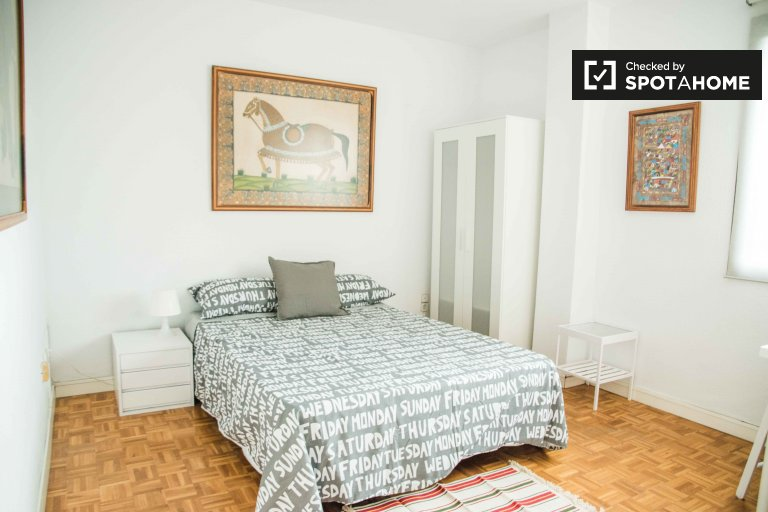 Jasny pokój do wynajęcia w 6-pokojowym mieszkaniu w Algirós