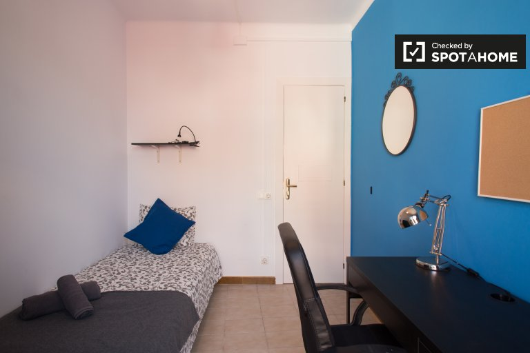 Luminous room in 4-bedroom apartment in Poble Sec, Barcelona