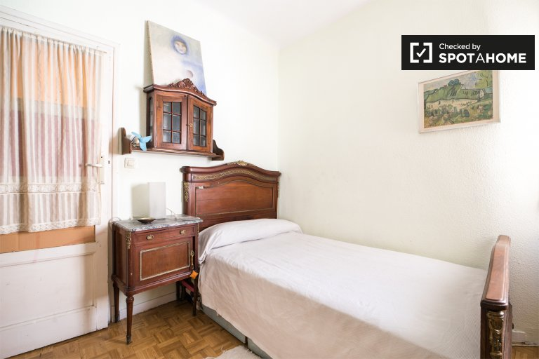 Comfortable room in 2-bedroom apartment in Fuente del Berro