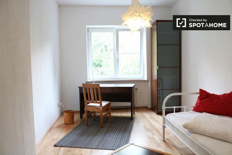 Quarto pitoresco para alugar em apartamento de 4 quartos em Tempelhof