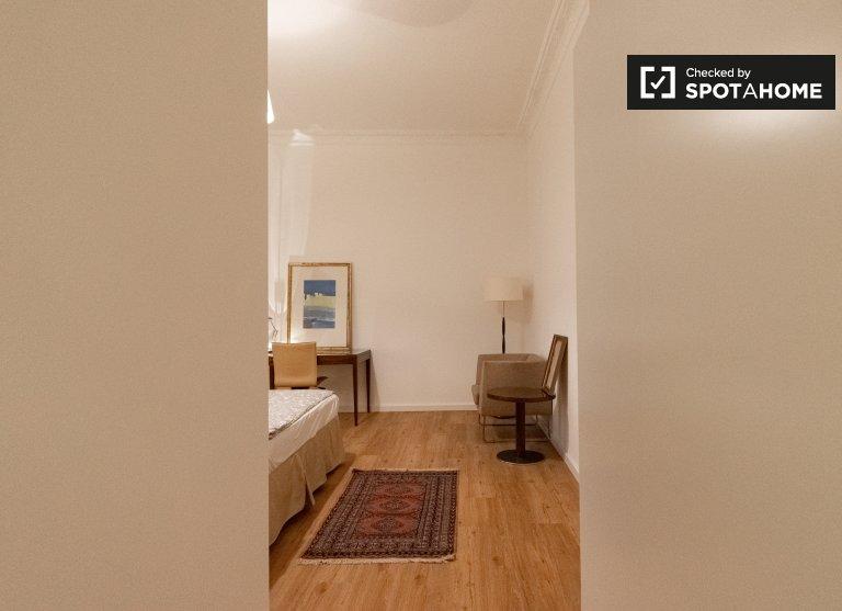 Camera in affitto in appartamento con 4 camere da letto nel matrimonio