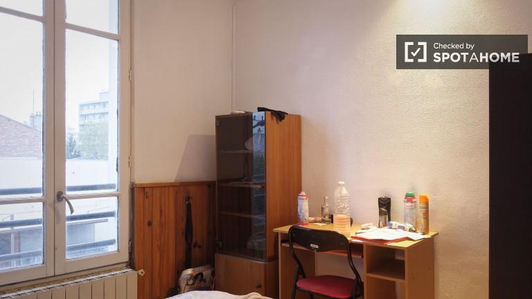 Przytulny pokój w apartamencie z 3 sypialniami w Paryżu