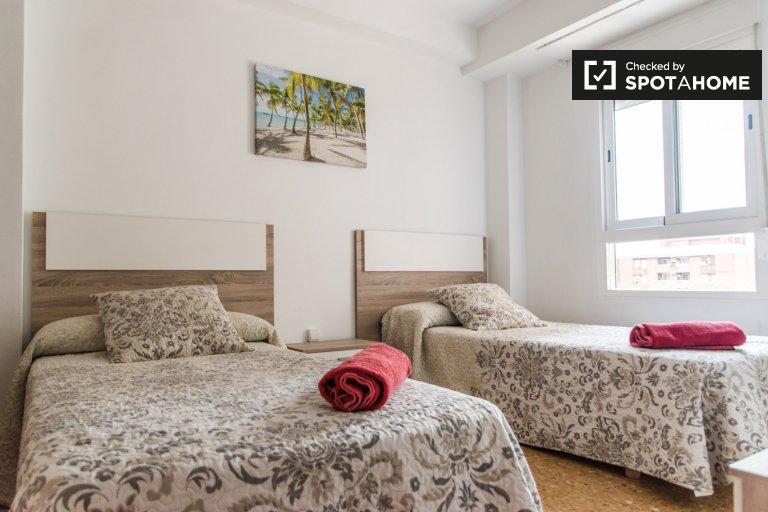 Chambre à louer dans un appartement de 3 chambres à Quatre Carreres