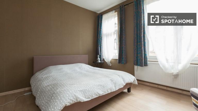 Brüksel'deki geniş 6 yatak odalı dairede kiralık oda