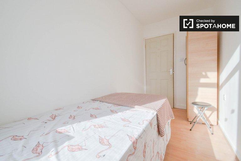 Jasny pokój w 4-pokojowym mieszkaniu w Tower Hamlets w Londynie