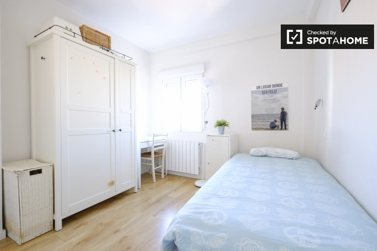 Room for rent in 3-bedroom apartment in Ciudad Lineal