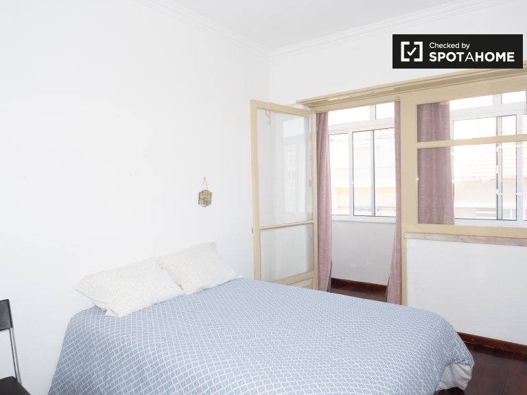 Sweet room to rent in 2-bedroom apartment, Campolide, Lisbon