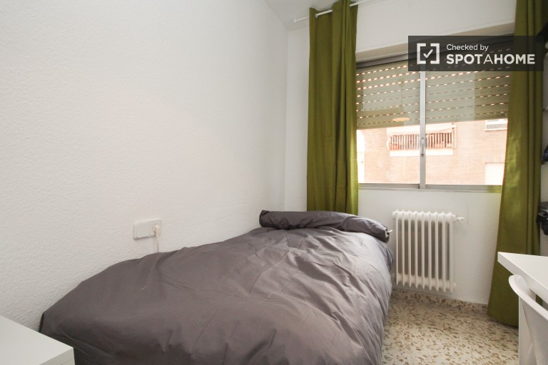 Single Bed in 5 rooms available in large apartment near University of Granada in Ronda