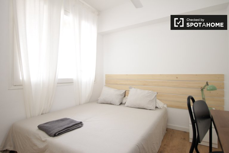 Modern room in 2-bed apartment by Eixample, Barcelona