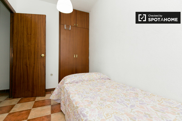 Single Bed in Rooms for rent in 3-bedroom apartment with balcony in Plaza de Toros