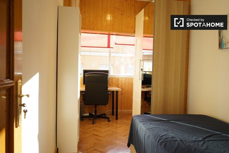 Chambre confortable à louer dans un appartement de 4 lits à Puente de Vallecas