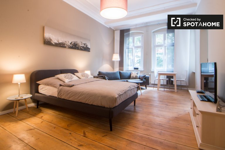 Elegant studio apartment with balcony for rent in Friedrichshain