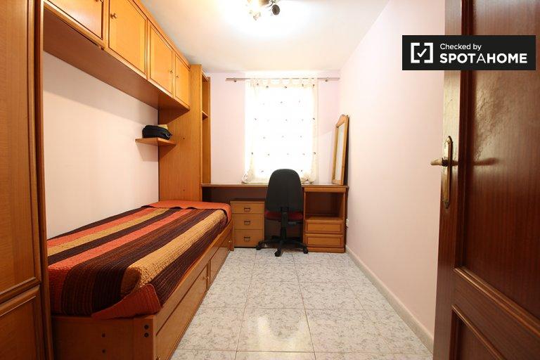 Przytulny pokój w apartamencie z 3 sypialniami w La Elipa w Madrycie