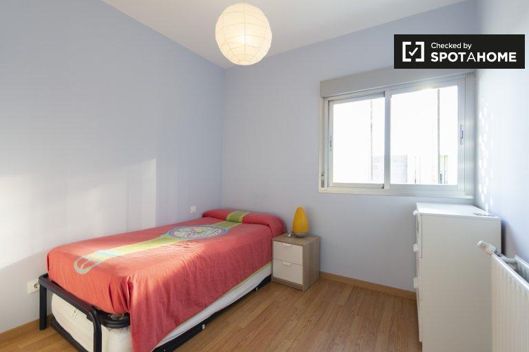 Habitación en piso de 3 dormitorios en Villa de Vallecas, Madrid.