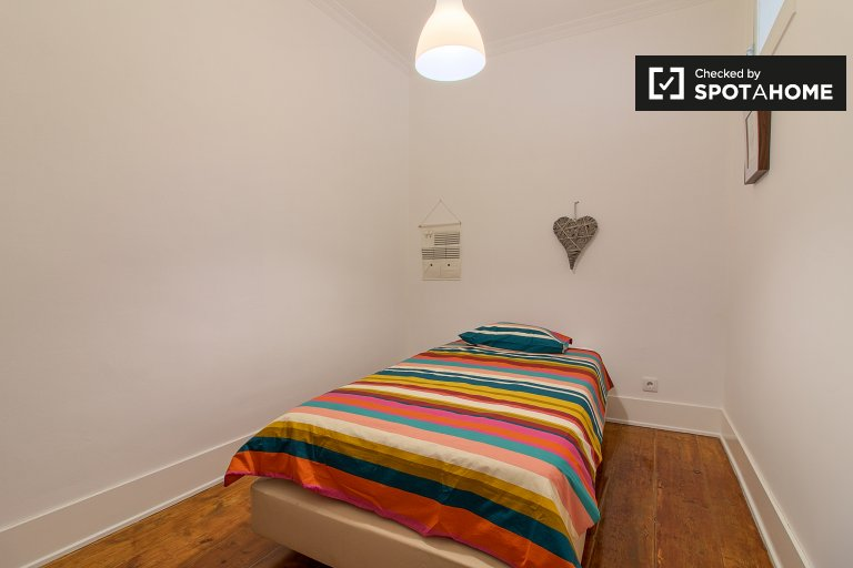 Furnished room in 5-bedroom apartment in Alcântara, Lisboa